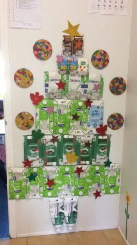 Árvore de Natal com pacotes de Leite (embalagens tetra Pak)