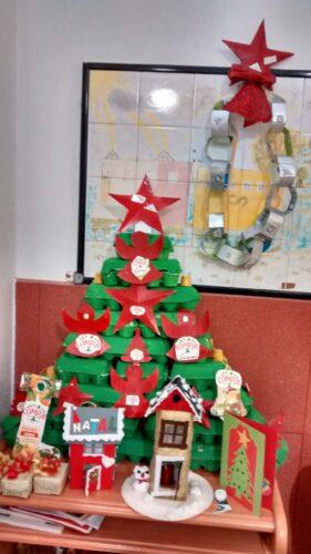 Árvore de Natal da EB1 de Alcains com os enfeites elaborados pelas turmas do 2ºA e 1º Ano