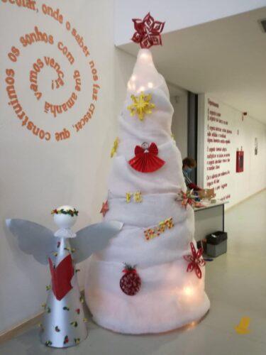 Árvore de Natal com os enfeites criados para este desafio.