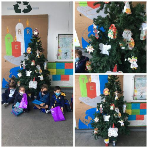 Árvore de Natal com as decorações feitas pelos alunos