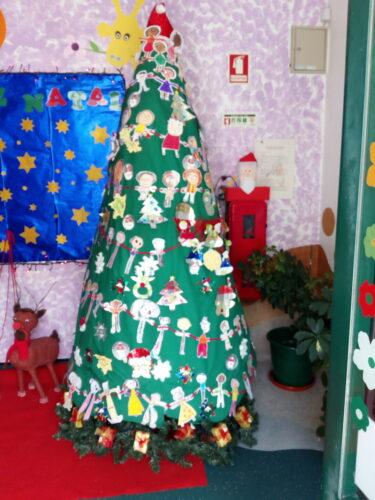 Árvore de Natal elaborada por todas as crianças do Jardim de Infância partindo das embalagens Tetrapak do leite escolar.