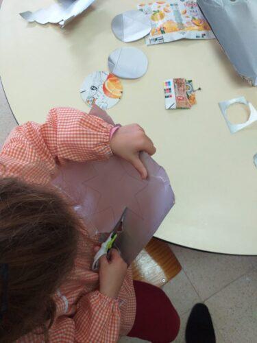 1_As crianças cortam as embalagens.