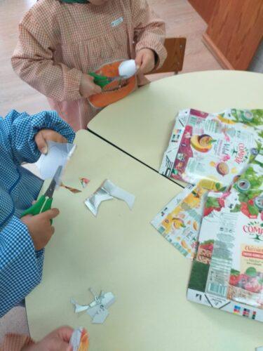 2_as crianças cortam as embalagens.