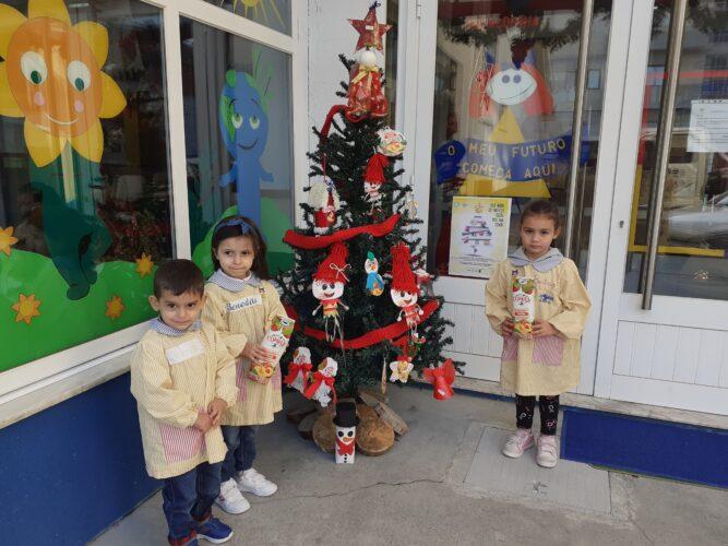 2- Exposição da árvore de Natal - Colocação da árvore com os enfeites, no espaço exterior do Infantário.