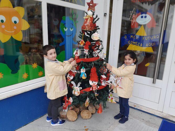 3- Decoração da árvore - As crianças a colocar os enfeites na árvore de Natal.