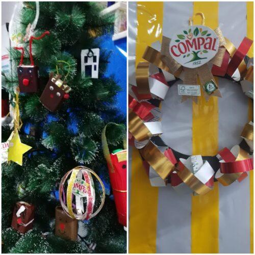Pormenor da árvore de natal decorada com os enfeites e coroa de natal e pormenor dos símbolos exigidos.