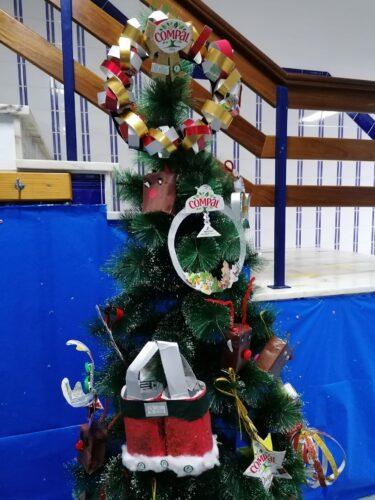 Pormenor da árvore de natal decorada com os enfeites e pormenor dos símbolos exigidos.