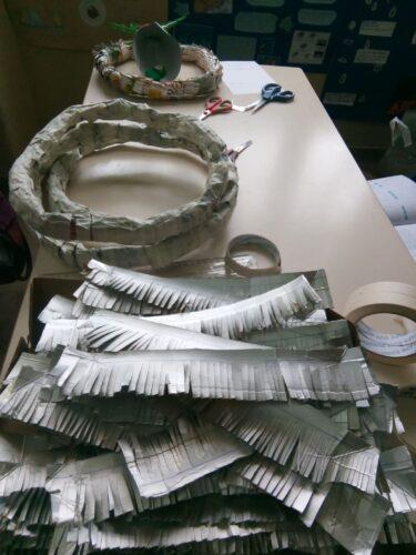 Um exemplo do processo de criação dos enfeites de Natal, neste caso a Grinalda.