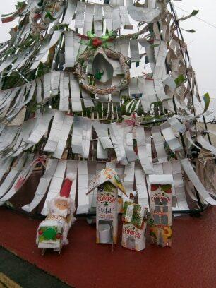 Foram criados diversos enfeites de Natal... trenós, lanternas, casinhas.