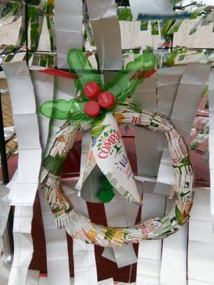 Grinaldas de Natal, que para além das embalagens tetra pak, foram utilizadas garrafas pet, tampas, jornais.