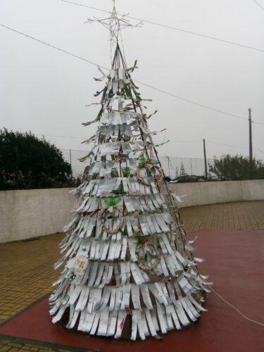 A árvore de Natal da E.B.1 de Ferrel, decorada com tiras cortadas das embalagens tetra pak e os enfeites de Natal criados pelas turmas.