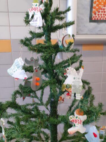 Árvore decorada com os enfeites de Natal efetuados pelos alunos.