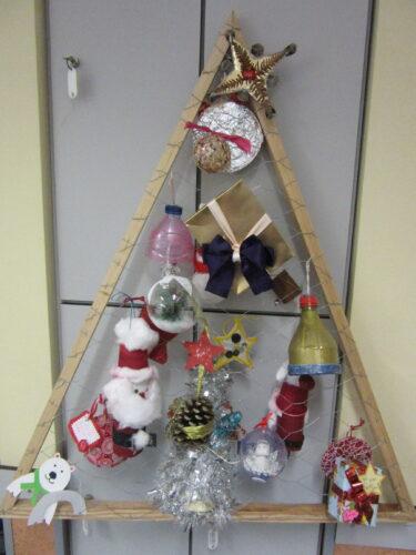 Árvore de Natal enfeitada pelos alunos e Enc de Educ, com reaproveitamento de materiais, promovendo a reutilização de embalagens. Esta árvore é 1, no universo de 14, pois cada sala da Escola fez a sua, com a colaboração da Associação de pais.