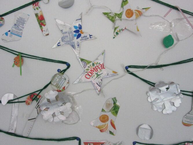 Enfeites já colocados na Árvore de Natal, feita com restos de fios de lã e pioneses.