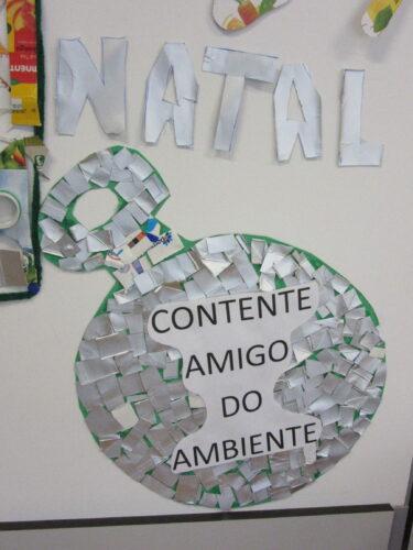 Bola de Natal gigante, onde os alunos colaram desperdícios de embalagens da Compal.