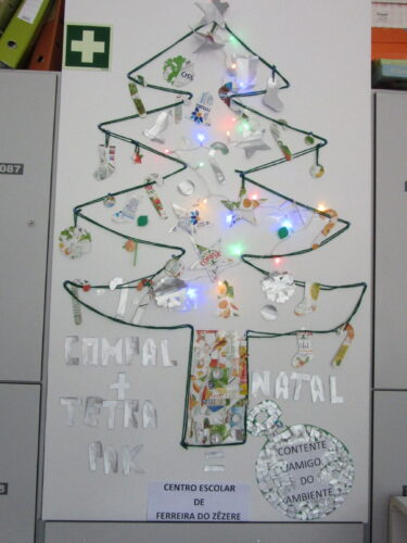 Árvore de Natal completa com identificação do Centro Escolar e título da obra : Compal + Tetra pak= Natal contente, Amigo do Ambiente