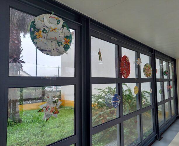 Os círculos, bolas e estrelas foram colocados nos vidros do corredor, na entrada da escola... Ficou uma decoração muito engraçada!