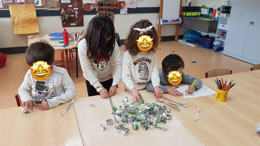 Os alunos do jardim de Infância Sala1, a fazer os rolinhos com Tetra Pak para decorar o círculo gigante.