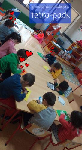 Os alunos do Jardim de Infância sala 2 a fazerem picotagem de anjinhos, estrelas, sinos...para decoração dos círculos.