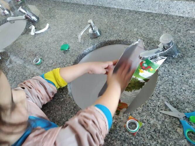 Abertura das embalagens, lavagem e secagem de modo a remover eventuais resíduos e maus odores.