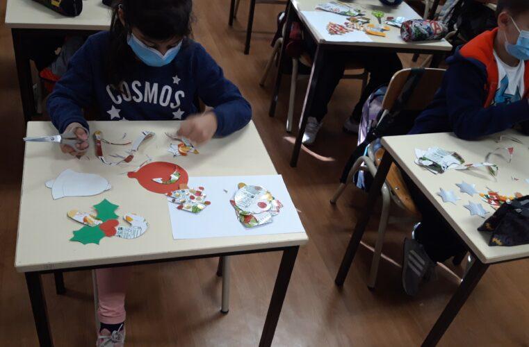 Preparação dos adereços de Natal<br/>Os alunos participaram na elaboração dos trabalhos.