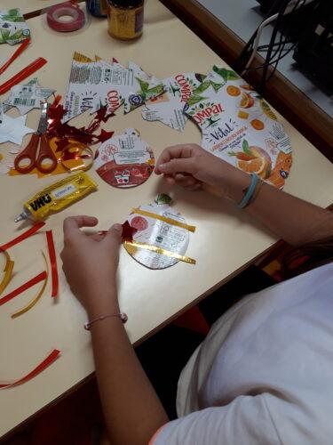 Decoração dos Enfeites <br/>Na decoração foram usados materiais diversos: DVD's, fitas, botões, bolas ping pong, lãs, espiguilha, cordão, rolhas, etc.
