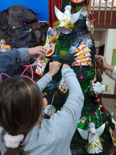 Decoração da Árvore de Natal <br/>As crianças participaram na decoração da nossa árvore ecológica.