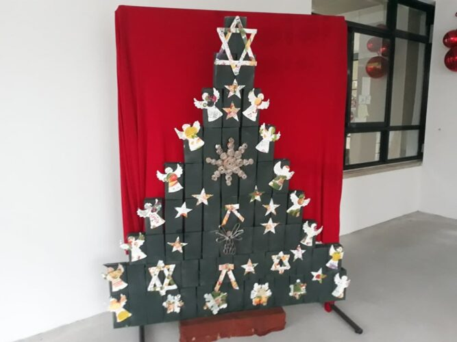 3-Enfeites colocados na árvore de Natal feita com a colaboração de professores e alunos .