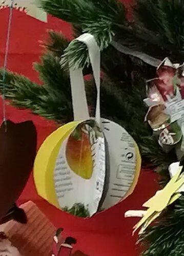 Bola de Natal.<br/>Material utilizado: embalagens de sumo da marca Compal.