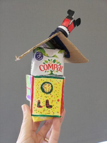 Casinha do Pai Natal.<br/>Material utilizado: embalagens de sumo da marca Compal.