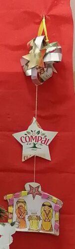 Presépio resultante de colagem de diversos materiais, mas tendo como material de base embalagens de sumo da marca Compal.