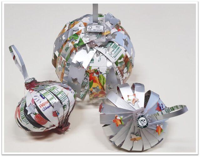 Mais bolas de Natal a partir de colagem de pequenas tiras.