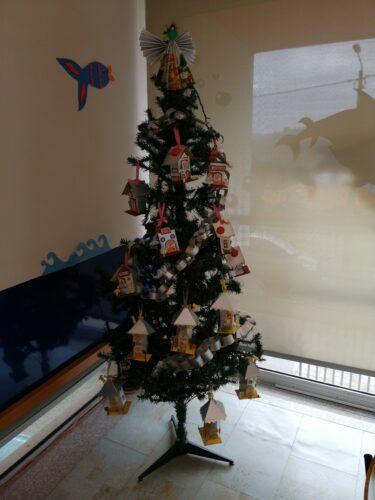 A nossa árvore do refeitório finalizada, com as casas, as fitas e no topo um anjo.