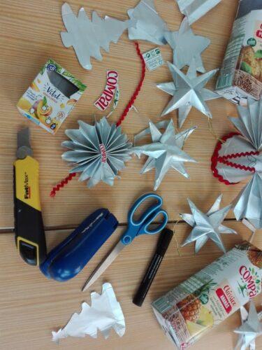 A foto 2 mostra os principais materiais utilizados pelos alunos e professoras nos Enfeites de Natal. Mostra ainda alguns recortes e moldes feitos pelos alunos.