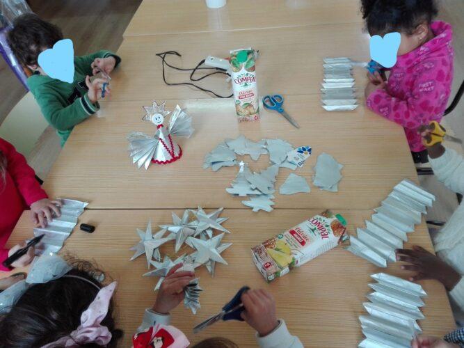 A foto 3 representa a sala de aula em trabalho natalício. Verifica-se o entusiasmo dos alunos na elaboração dos seus próprios enfeites.