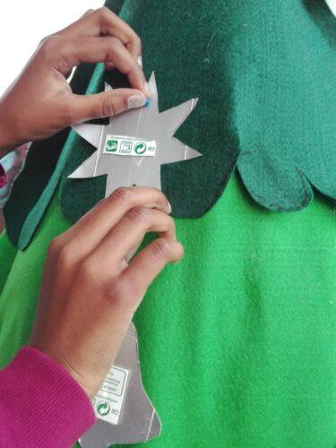A foto 4 mostra a colocação de alguns enfeites na Árvore de Natal, também esta feita em sala de aula por todos.