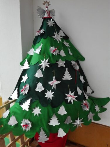 A foto 5 mostra a Árvore de Natal já decorada com os Enfeites de Natal, a partir das embalagens da tetrapack da Compal.