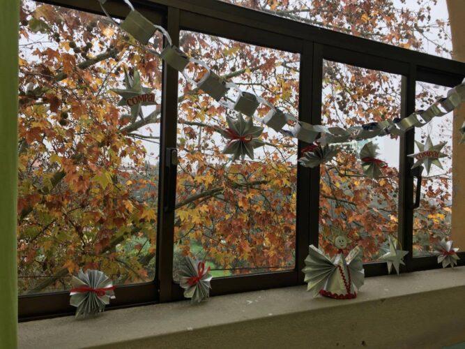 A foto 6 mostra a decoração de outros espaços da sala de aula e da escola com Enfeites de Natal, com predominância das embalagens da tetrapack da Compal.