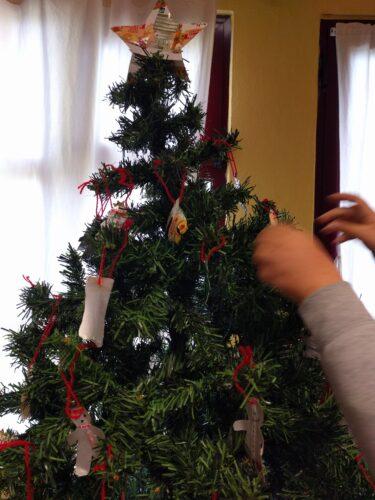 Decoração da árvore com os enfeites realizados pelos alunos.