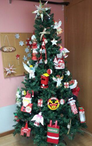 Árvore de Natal com os enfeites por nossa conta!!!