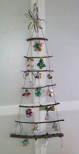 Registo da árvore de Natal onde foram pendurados os enfeites criados pelos alunos, na sala de aula.