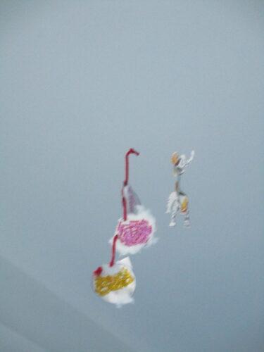 Enfeites pendurados a decorar a escola