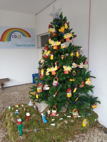 Árvore de Natal já decorada pelas diferentes salas