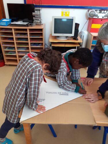 Planeamento e risco dos triângulos que vão ser necessários para elaborar a Árvore de Natal, em papelão feitos de caixas de cartão.