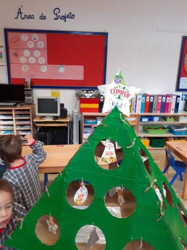 Produto final: A nossa Árvore de Natal com os enfeites recortados pelas crianças dos pacotes de sumo TETRA PACK COMPAL