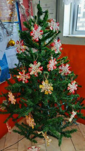 árvore de natal decorada com os flocos de neve