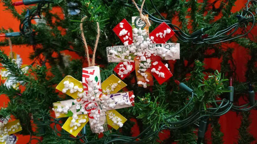 Enfeites de natal na árvore (flocos de neve)