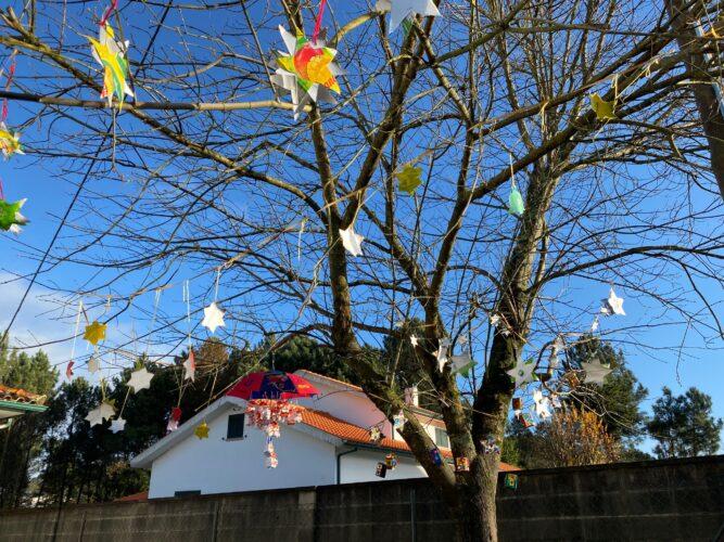 A árvore de natal decorada pelas crianças no exterior