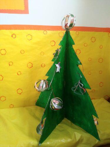 Árvore de Natal decorada com os enfeites