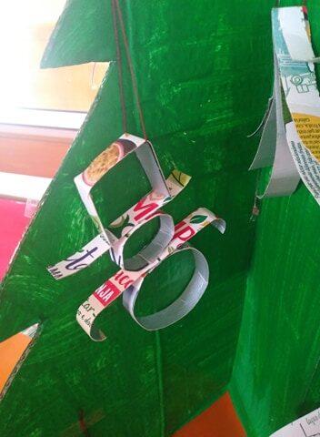 Boneco de neve feito com tiras de embalagens da Compal